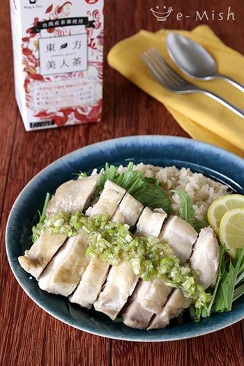 濃いめの紅茶と米、塩、鶏もも肉を一緒に炊いて、エスニック料理「カオマンガイ」はいかがですか?ほんのり香る紅茶の風味とさっぱりした鶏肉がよく合い、はちみつレモンねぎソースをかければ爽やかさもアップ。