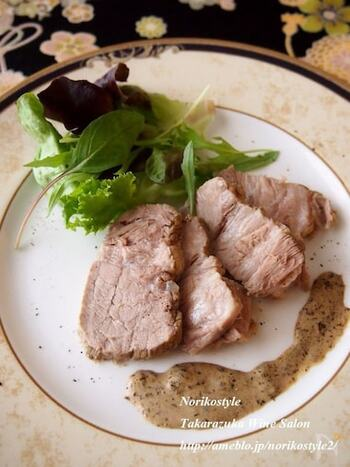 豚のかたまり肉とカモミールのティーバッグを入れ煮込んだ、シンプルで優しい風味のレシピです。時間をかけてじっくり煮ることで、ホロッと崩れる柔らかさに。海苔の佃煮と生クリームを合わせた濃厚なソースがよく合います。
