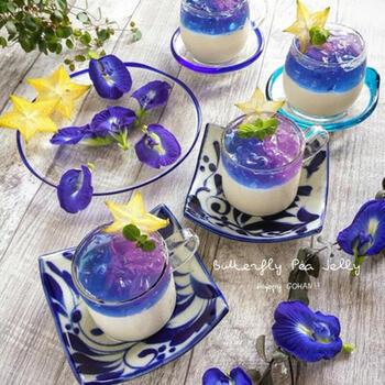 豆乳プリンにバタフライピーのゼリーを合わせた、カラフルなひんやりデザート。バタフライピーゼリーは酸を加えると色が変化するため、水彩画のようにきれいなグラデーションを楽しめます。