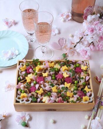 大人のお花見弁当なら、ちらし寿司もいいですね。具材を細かくしたり、型で抜いたりすることで、繊細で上品な印象の仕上がりに。ワインなども合いそうです。