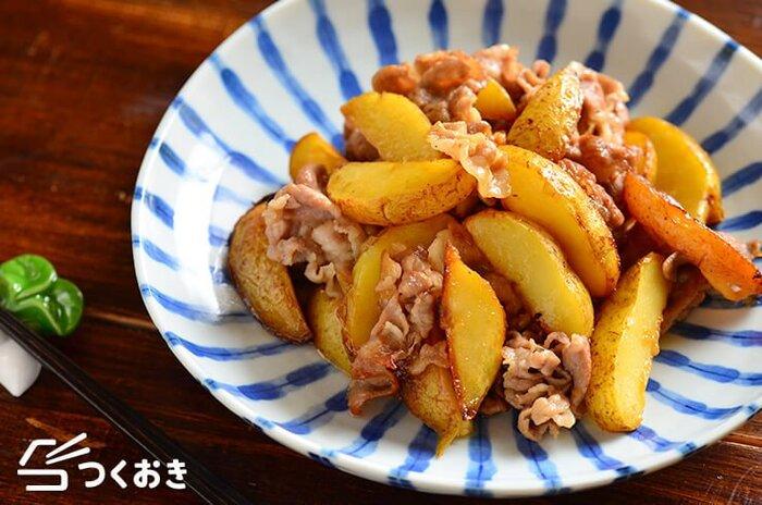 お弁当に甘辛味の豚肉とじゃがいもの照り焼きはいかが?  じゃがいもは予めレンジで3分加熱することで調理の時短に。出来立てでも冷めても美味しいのでお弁当にもぴったりなおかずです。