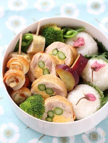 鶏肉でアスパラと卵を巻き、白だしで煮た絶品おかず。緑や黄色など春色が美しく、また白だしなので上品な色合いに仕上がります。