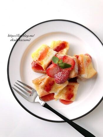 フライパンを使わず簡単にフレンチトーストが作れたら嬉しいですよね。こちらは、レンジを使った簡単フレンチトーストレシピ。  食パンに卵液を絡めたら、後はレンジで1分20秒加熱するだけ。ポイントは卵液に浸さないこと。フルーツを添えたら立派な朝食の完成です。