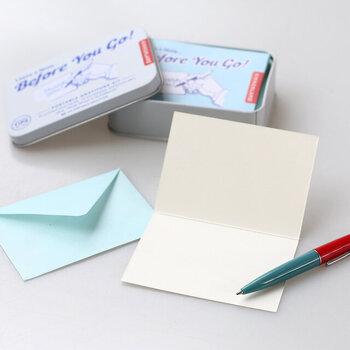 メッセージカード、封筒が各10枚ずつの他、小さなボールペンまで、可愛らしいイラスト入りの缶に入った「携帯用手紙キット」。コンパクトサイズで持ち運びしやすいので、旅先などに持っていけば、思い立ったらすぐにメッセージを記入して、思い出の品と一緒に送ることができます。