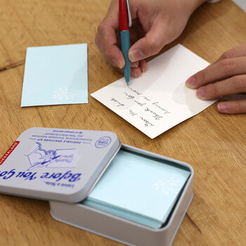 せっかくなら市販のグリーティングカードのように、メッセージの冒頭はオシャレに書いてみたいという方にとくにおすすめ。嬉しいことに例文のガイドがついているので、サラサラと素敵な英語のメッセージを記入することもできます。