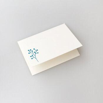 肝心のメッセージカードも、控えめながら印象的な花のイラストが描かれており、シンプルで清潔感のある色合いと甘すぎない花のデザインは、老若男女問わず喜ばれそう。