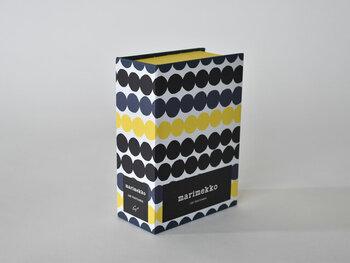 しかもカードが入っているボックスは、マイヤ・ロウエカリ作の「ラシィマット」柄。使い込まれたラグという意味の、不規則で可愛らしいドットが連なる印象的なデザインは、marimekkoの中でも大人気。デザインの良さだけでなく作りもしっかりしたボックスはお部屋のどこに置いても絵になり、周りのデザインともオシャレに調和します。
