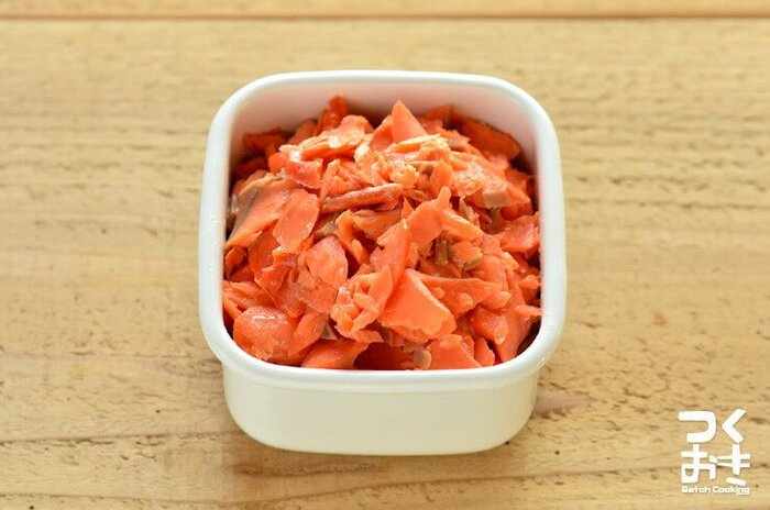 甘鮭を焼いてほぐしただけの鮭のほぐし身。おにぎりの具としてはもちろん、混ぜご飯にしたり、卵焼きに加えたり、チーズをかけて焼いたり……これを用意しておくだけでいろんな料理が時短になるんです。  つくおきさんでは、この鮭のほぐし身を使ったアレンジレシピをたくさん紹介しています。アレンジレシピを覚えておくと料理の幅が広がりますよ。