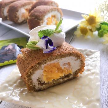 卵1つで薄めに焼き上げるマンゴーロールケーキ。ジャスミンが香るふわふわの生地と、トロピカルな風味がベストマッチ!巻き終わり部分にはフルーツをのせないことが、きれいに仕上げるコツです。