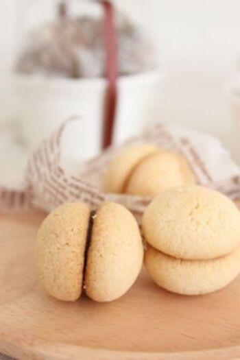 粉類にバターをすり合わせてまとめ、丸めて焼くだけのシンプルなレシピ。焼き立ての生地は柔らかく崩れやすいので、しっかりと冷ましてからチョコレートを挟むのがコツです。