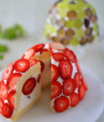 フルーツをふんだんに使った華やかな見た目のズコット。中に入れるくだものは、カットしたときの断面がきれいになるよう向きを揃えるのがポイントです。旬のフルーツでぜひ作ってみてください。