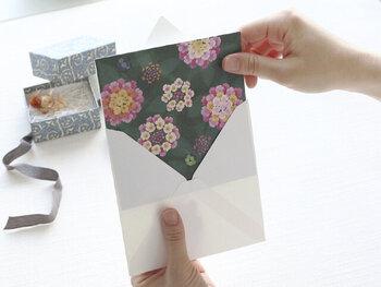 小池葉月氏によるイラストレーション・ブランド「sotlight(ソットライト)」のエレガントな二つ折りメッセージカード「HEY DAY」。真っ盛りという意味のheydayがアイテム名に使われた、色鮮やかなカードはランタナとミカンの花がカードいっぱいにデザインされています。