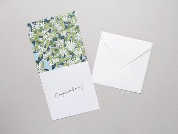 さわやかで良い香りが伝わってきそうな、ミカンの花がデザインされたカード。ミカンの花には「愛らしさ・純粋・花嫁の喜び」など、可憐な姿にふさわしい花言葉があるので、女性へのお祝いや、結婚のお祝いのカードにピッタリ。