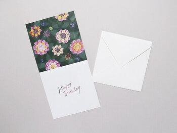 華やかなランタナは、「七変化」という和名の通り、徐々に花の色が変化する、不思議な花木で「堅実さ・協力・厳格」などの花言葉があるので、仕事仲間へのプレゼントに添えるカードに適しています。