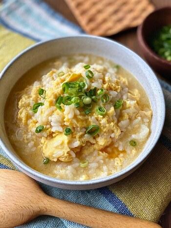 寝起きは食欲がないという人におすすめなのが雑炊。胃に優しく、残りものの冷やご飯があれば5分で作れる時短レシピです。  中華スープと醤油、チューブのニンニク、ごま油で味を整えれば中華風雑炊の完成。具材を変えても作れるので残りものの野菜で雑炊を作ってみてはいかがでしょう。