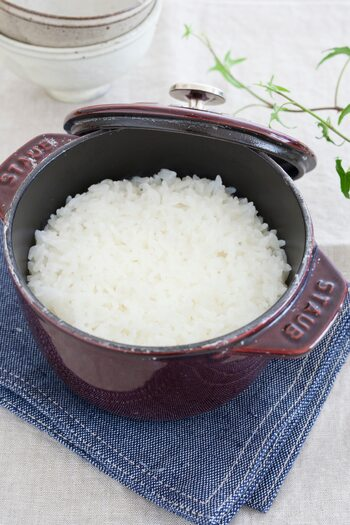 ご飯を炊き忘れてしまった朝でも安心。ストウブを使えば炊飯器より早くご飯を炊くことができます。  沸騰して弱火で10分。火を止めて10分蒸らして完成。ストウブの他にもル・クルーゼなどの鉄鍋でも炊けるので、ご飯の炊き方を覚えておくと便利です。