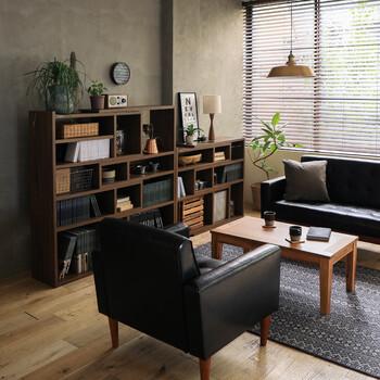家族が増えると、収納家具やスペースも必然的に増えていくもの。今後、リビングに置きたい「もの」が増える予定のある方は、伸縮するタイプのシェルフを用意しくと便利です!「もの」が少ないときには、幅を縮めてスリムに。収納スペースを増やしたくなったら、必要に応じて幅を広げるだけでOK!  ダークブラウンのシェルフや黒いソファなど、重厚感のあるカラーで家具を揃えると落ち着きのあるシックな空間が完成します。