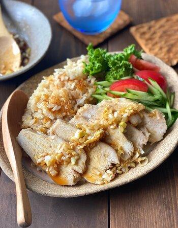 忙しい日は炊飯器を使ってご飯とおかずを同時に調理しませんか?   調味料を揉み込んだ鶏むね肉をお米の上にのせ炊飯スイッチをオン。ご飯が炊き上がったらおかずも完成です。  最後に用意しておいた中華ダレをかけて。今夜はご飯に鶏肉の旨味が染み込んだ中華風鶏めしで決まり!