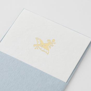 着物の文様として知られる伝統的な、正倉院文様より、花にまつわる文様を選び、金の箔押しをした、美しく格調高いメッセージカード。