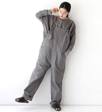 着るたびに馴染んでいくような、ハリ感のあるコットン素材を使ったオーバーオール。ゆったりシルエットで風通しもよいので、ロングシーズンさまざまなテイストで着こなせます。