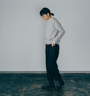 グレーのニットトップスに黒のパンツとブーツを合わせた、ベーシックなシンプルコーデ。首元からさりげなくフリルを覗かせることで、シックな着こなしに程よい華やかさをプラスしています。