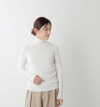 タートルネックの首元に、フリルをあしらったトップスです。ウール100%素材なので、肌触りのよさと暖かさを兼ね備えています。袖口にもフリルがあしらわれているので、さりげない女性らしさを演出できる一枚です。