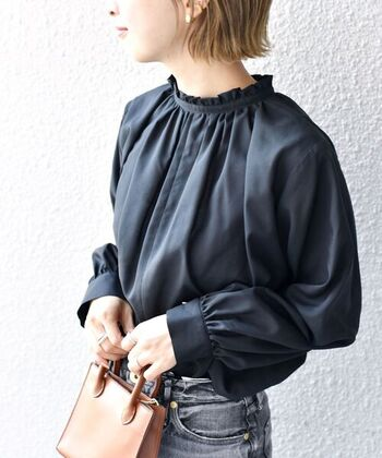 こちらのフリルネックブラウスは、着丈が長めになっているのが特徴。首元のフリルだけでなく、裾を出してレイヤードを楽しむのもおすすめです。カラーはオフホワイト・ブラック・ライトグリーンの3色展開。