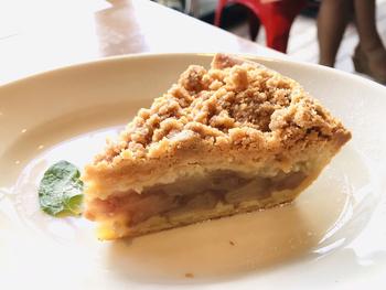 おなかに余裕があれば、デザートパイを追加するのもおすすめ。ザクザクのクランブルが特徴の「ダッチアップルパイ」は甘酸っぱいりんごが最高のおいしさです。  スモアやピーカンナッツなどのデザートパイだけを注文することもできるので、おなかの空き具合によって選んでみてくださいね。