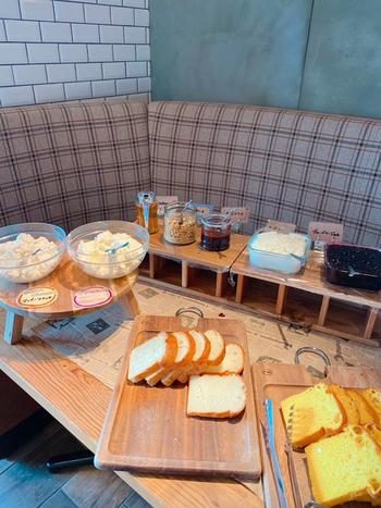 作りたてのチーズが食べられるのが魅力。店内にはチーズ工房が併設され、地元伊勢原から直送されたこだわり牛乳を使って毎日手作りしているんです。ランチタイム限定の自家製フレッシュチーズとパンの食べ放題は、チーズ好きさんにはたまりませんね。