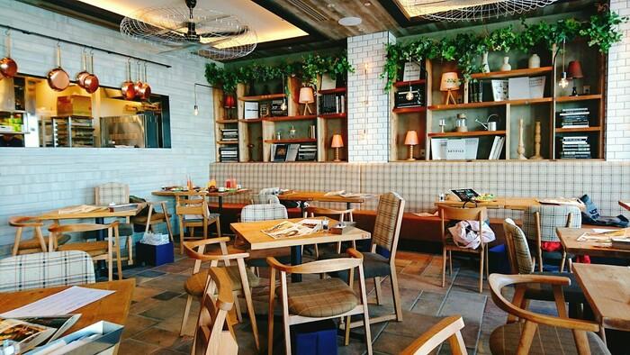 2階にある「goodspoon(グッドスプーン )」は、ロサンゼルスの緑と木々があふれるカフェをイメージしたインテリアがとてもおしゃれなお店。デザイン会社直営のレストランだけあって、センス抜群です。