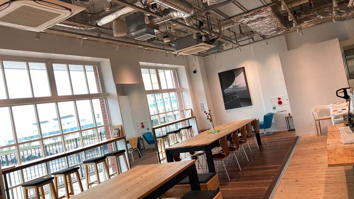 県内に合計3店舗を展開する「ZEBRA Coffee&Croissant(ゼブラ コーヒーアンドクロワッサン)」は、開放的な店内で、こだわりのコーヒーが飲めるベーカリーカフェ。カウンター席が多く、ひとりでふらりと入りやすい雰囲気です。