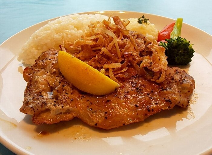 ボリュームのある「チキンステーキ」は、レモン&ガーリック・ケイジャン・テキサスBBQのソースからセレクト。ジューシーな鶏肉に旨みたっぷりのソースが相性抜群です。