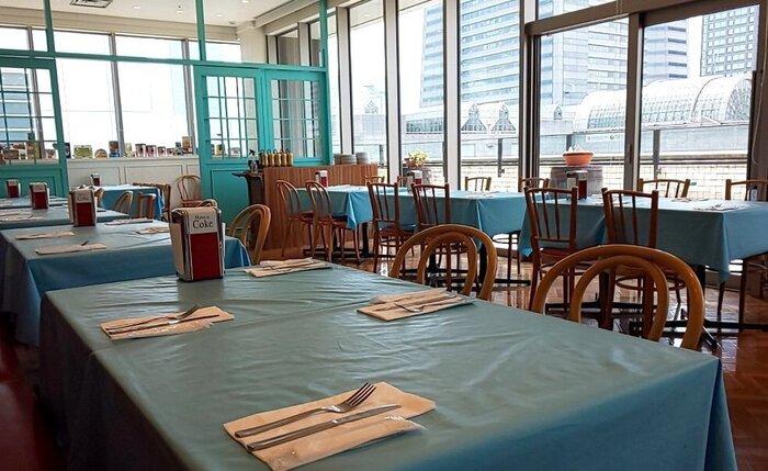 4階にある「LA SALSA SOUTHERN CALIFORNIA RESTAURANT(ラ サルサ サウザン カリフォルニア レストラン)」は、ブルーを基調とした爽やかなインテリアが印象的。大きな窓から差し込む光が心地良く、デートにもおすすめです。