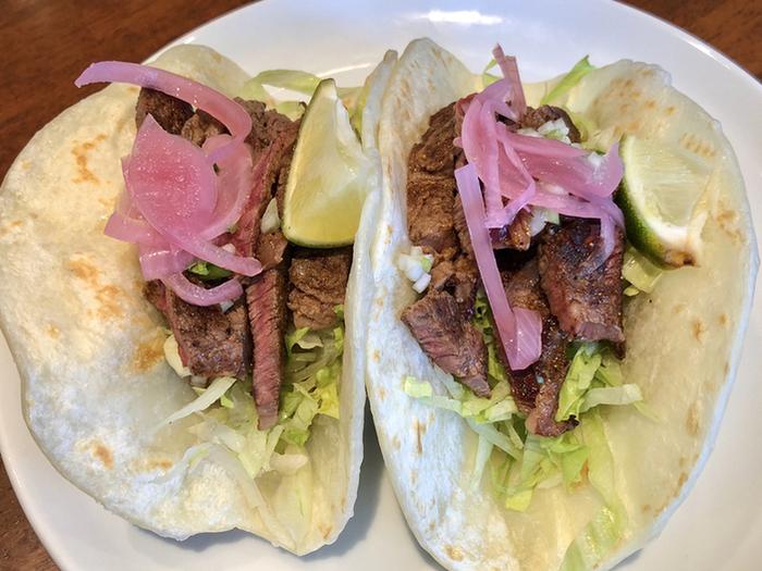ランチではタコスも数種類いただけます。こちらは、メキシカンタコスのビーフ。野菜とお肉が一緒に食べられると女性を中心に人気です。カジュアルスタイルでランチを楽しみたい方におすすめのレストランです。