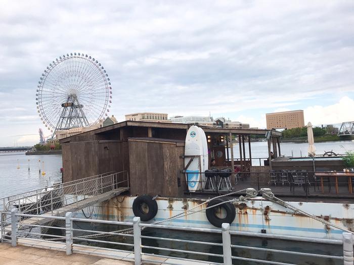 桜木町駅から歩いて5分ほどの場所にある「横浜港ボートパーク」。会員制のマリンレジャークラブですが、ビジターの方も「カフェ ヘミングウェイ」でランチやカフェを楽しむことができるんです。海に浮かんだカフェレストランで非日常を過ごしてみませんか?