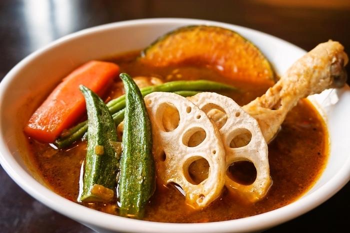 ランチの1番人気は「スープカレー」。大きめにカットした野菜がたっぷり入っていてスパイシーな辛さがあとをひきます。写真のチキンをはじめ、ビーフや豚しゃぶなどから選べます。平日限定のランチメニューもありますよ。