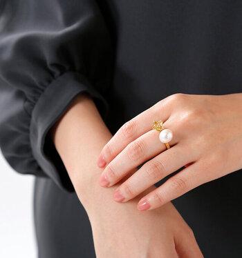 真鍮製の百合のお花とパールを組み合わせた、女性らしい優しさを感じられるリング。上品な華やかさを演出してくれます。