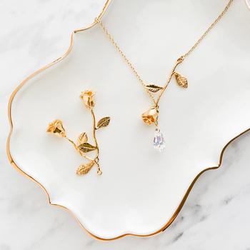 バラのチャームとスワロフスキーを組み合わせた、アンティーク風のネックレス。日常使いはもちろんフォーマルなシーンにも、ちょうどいい華やかさをプラスしてくれます。