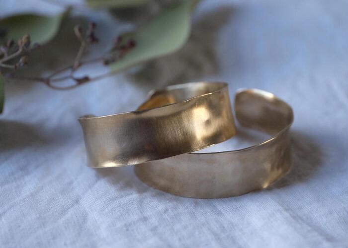 古くから身の回りの装飾品や楽器などに使われてきた真鍮は、現在でも5円玉に使われるなど、いつの時代もわたしたちの生活に寄り添ってくれています。