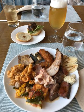 ブッフェメニューは常時50種類以上。なかでもおすすめは、ライブキッチンで作られるグリル料理。ローストビーフや鉄板焼きなど、目でも舌でも楽しめるお料理が並んでいますよ。