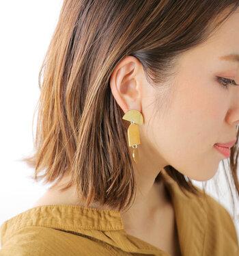 深みのある色合いが特徴。普段の着こなしを上質に仕上げる「真鍮アクセサリー」
