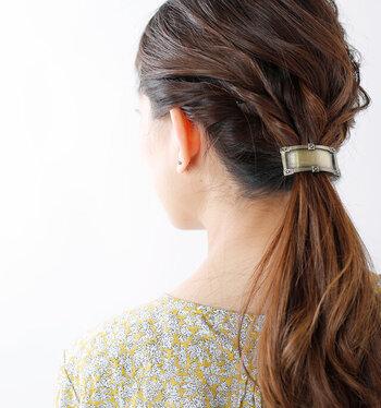 金古美(メッキ)加工を施してアンティークに仕上げた、バレッタ風のヘアフック。つけるだけでクラシカルなヘアスタイルの完成です。