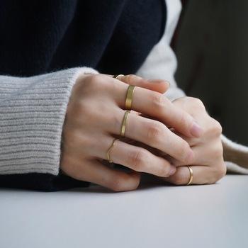太さの異なる真鍮リングをたくさん付ければ、着こなしのエレガントでおしゃれなアクセントに。表面がフラットなのでファッション・シーンを問わず使うことができますね。