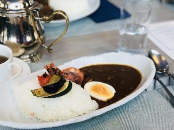 もう少しカジュアルなランチなら、「プカリ」がおすすめ。写真の「海老と野菜の彩りホテル特製カレー」やハッシュドビーフなどとサラダがいただけますよ。シーフードの旨みがぎゅっと詰まったカレーは、レストラン自慢の逸品です。