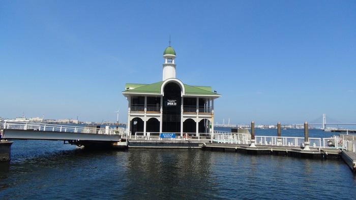 """ぷかりさん橋にある「ピア21」は海に浮かぶ""""フローティングレストラン""""。まるで船に乗っているようなクルージング気分でお食事ができますよ。"""