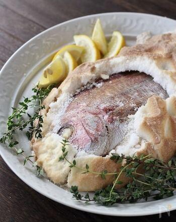 お祝い事の主役にふさわしい鯛の塩釜焼き。材料もシンプルで意外と簡単。塩釜で包んでじっくりと焼くことで、ふっくらとした身になりますよ。お腹に詰めたタイムは大葉などでもOK。塩釜をどんと叩いて割るのもこの料理の醍醐味。鯛の美味しさを豪快に堪能できます。