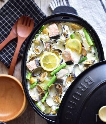 鮭、たら、アサリなど、シーフードをたっぷりのクリーム煮です。魚介の旨みを味わうために味付けはシンプルに。濃厚さの中にレモンが爽やかに香ります。そのまま食べても、パスタやパンと一緒に食べても美味しいですよ。