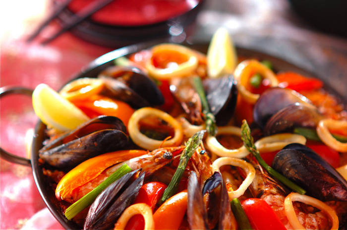海老やイカ、ムール貝を使った本格的なシーフードパエリア。海鮮の旨みがご飯によく染みて格別の美味しさ。豪華な見た目はホームパーティーのメインにふさわしいですね。