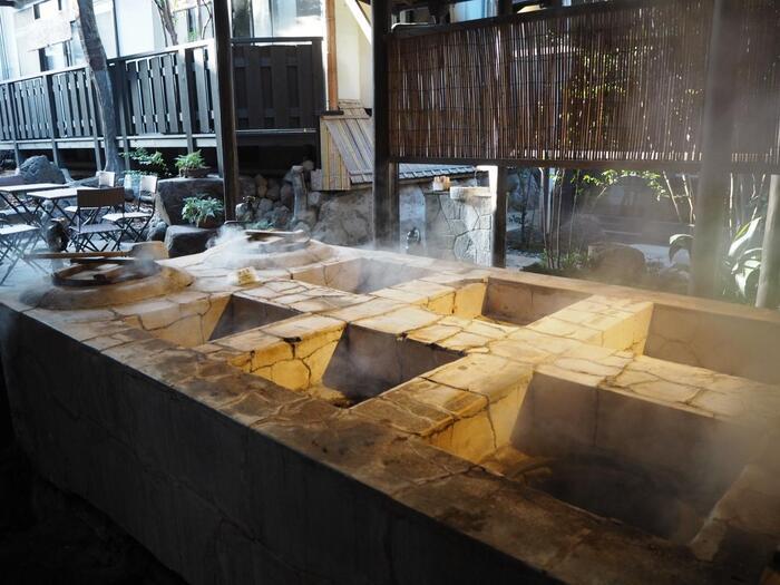 高温の温泉を利用した、鉄輪温泉名物の「地獄蒸し」。お宿にも自由に使える地獄釜や調理器具、器一式を揃えた自炊室があるので、地獄蒸し自炊が体験できます。塩化物泉は上がってくる蒸気にもほんのり塩が混じっているので、味付けは不要。地元の食材を使って、ミネラルたっぷり、甘みの引き立つ美味しい蒸し料理を、気軽に楽しめます。