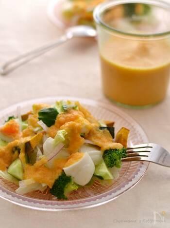 🗹主に必要な器具:まな板、包丁、電子レンジ、ブレンダー  にんじん、玉ねぎ、トマトを同量くらいで仕上げるとろりとした野菜ドレッシング。にんにくも一緒にレンジ加熱しておくと、全体が馴染みやすく、まとまりのある味わいになります。  生野菜のサラダのほか、グリル野菜やゆで卵などにもよく合いますよ。